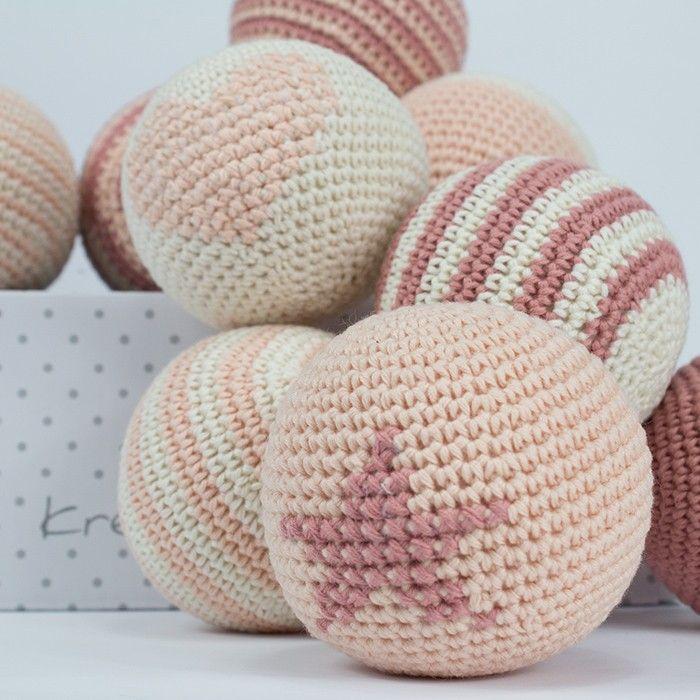 Denne e-opskrift på hæklede bolde fra Krea Deluxe er 7 cm. i diameter, er nemme at lave og gode at lege med. De er hæklet i økologisk bomuldsgarn. Se dem her,