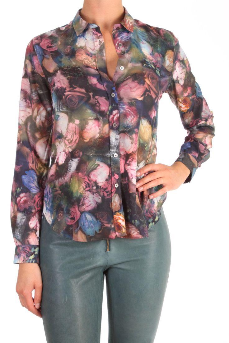 Dit shirt van Paul Smith is 100% polyester. De bloemenprint is een  combinatie van