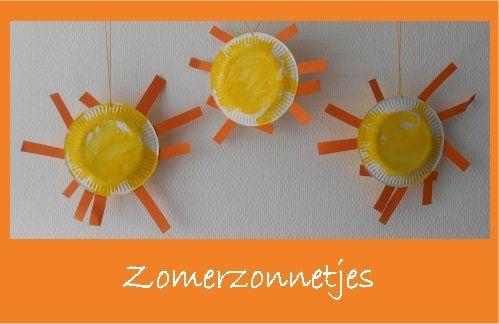 papieren bordjes, dubbel met zonnestralen (strookjes) er tussen.