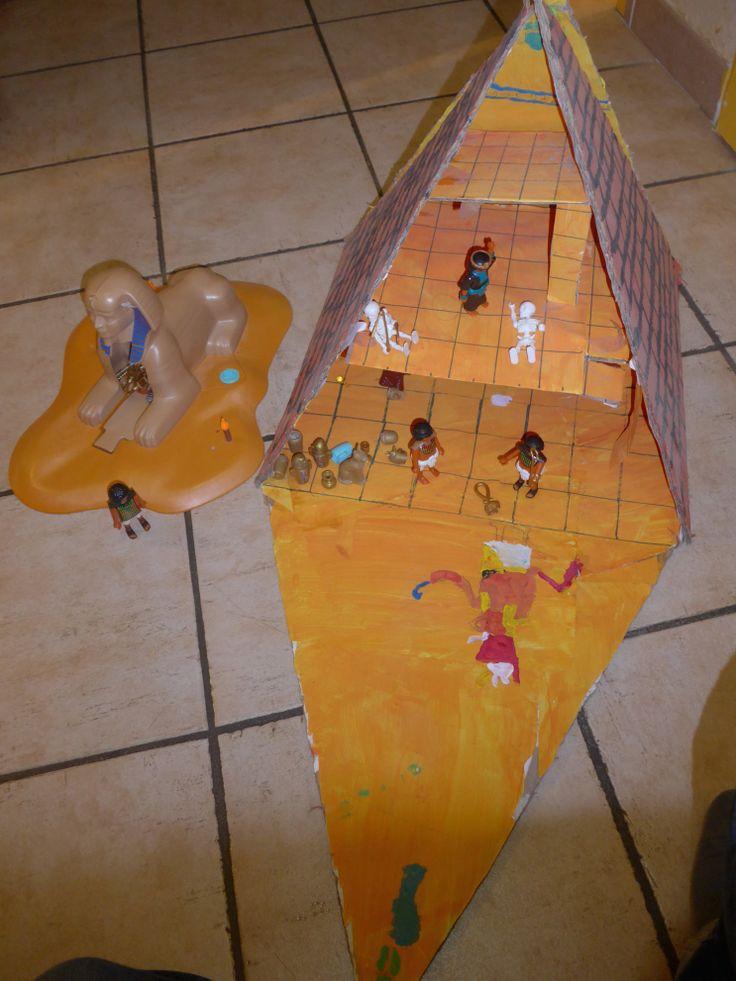 Fabriquer une pyramide en carton ! (Voyageons ludique!) 2 décembre 20153 - activités 3-6 ans, 4 - activités 6-10 ans, 5 - activités pour les plus grands !, Apprendre, Fabriquer, créercarton, Egypte, playmobil, pyramide, voyageons ludique   Pour le rendez vous «voyageons ludique» de Souris maman, nous nous sommes envolés pou l'Egypte !  J'ai alors repensé à un projet qu'avaient eu les trois grands il y a de cela … 4 ans quand même ! Je crois que c'est Baptiste qui avait eu à son…