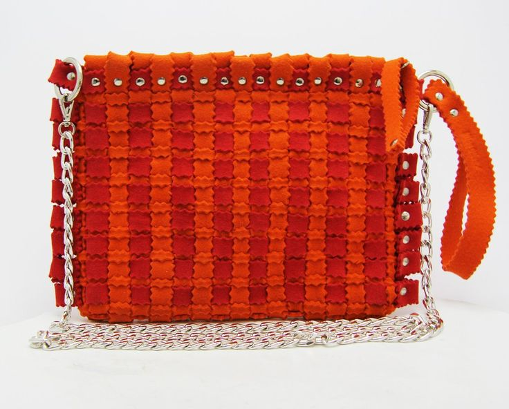 Fashion felt bag in a orange colour, with a silver chain. The perfect woman bag for your summer. Discovery it: feltrando.com.