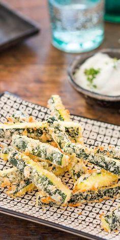 Abwechslung muss sein. Überrasche deine Gäste mit den tollen Zucchini-Parmesan-Sticks. Ein Snack, der sicher in Erinnerung bleibt.