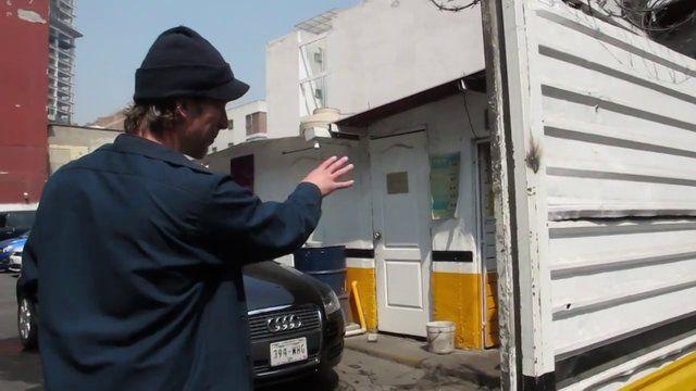 Caminando por la Colonia Juarez en compañia de Mark Powell quien nos habla un poco sobre su taller STREET PHOTOGRAPHY: DISCURSO EN LA CALLE.  Conoce toda la informacion sobre el taller en http://www.clubfotomexico.org.mx/cursos-y-talleres/calle/  Mira la obra de Mark en http://markalor.com/