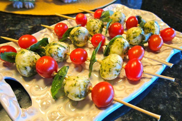 Quer uma entradinha bonita, gostosa e light? Acabou de achar! Tomatinhos cereja fazem o maior figurão na sua cozinha, seja nas saladas, ...
