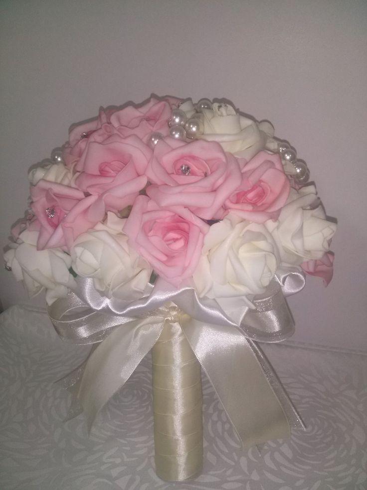 Maravilhoso Buquê produzido com rosas delicadas em EVA, textura e aparência de rosas naturais. <br>Bouquet na cor Rosa e Marfim, com Pérolas e Strass. <br> <br>O bouquet contem 45 rosas médias. <br>Diâmetro: 25 cm <br>Altura: 30 cm <br> <br>A cor da rosa e da fita pode ser alterada conforme a sua preferência. <br> <br>Os buques são elaborados artesanalmente, são exclusivos, serão sempre similar ao da foto, mas não idênticos. <br> <br>Entre em contato, será um prazer lhe atender.