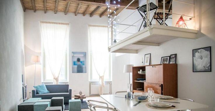 Quando un soppalco non basta. La sala pranzo-soggiorno è un ambiente dinamico attorno al quale ruotano le altre camere della casa. Prevede un tavolo dalle dimensioni esigue e pouf facilmente ricollocabili.
