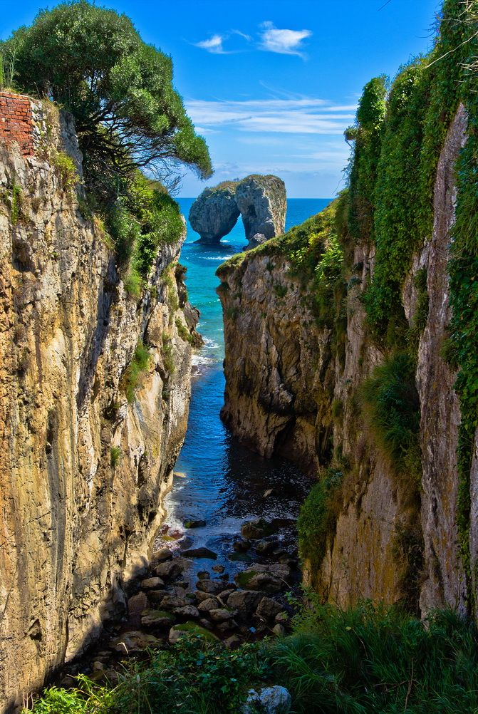 **La Canalina, a small inlet in the Llanes coast, Asturias, Spain (by guillenperez).