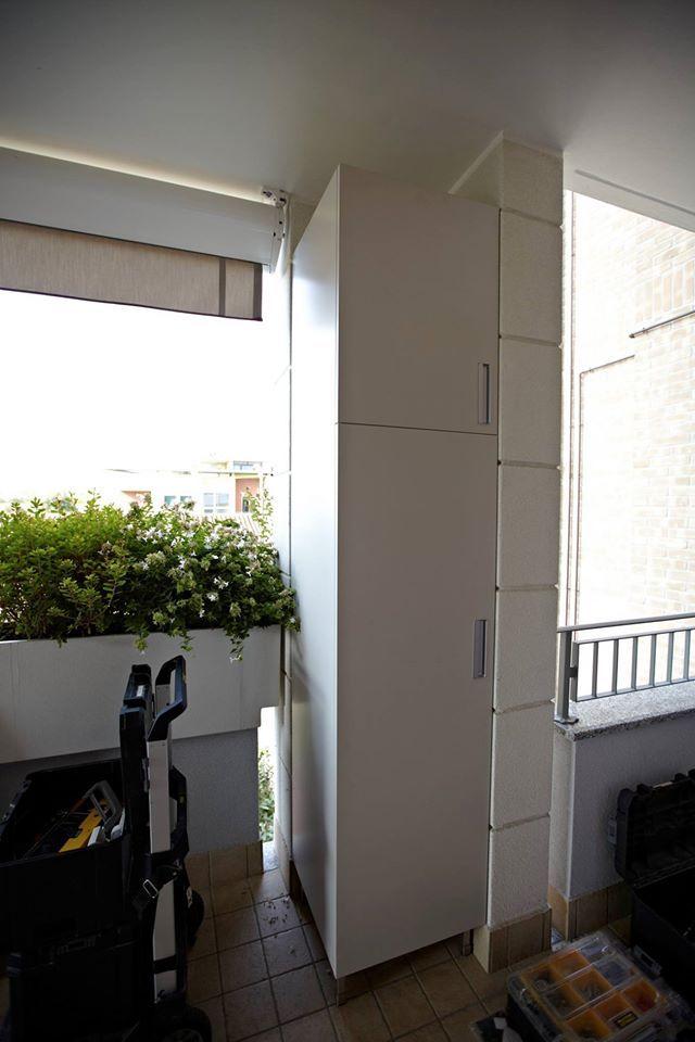 Soluzioni specifiche per balconi e terrazzi: armadio da esterno eseguito su misura da #Semprelegno colore bianco panna opaco per integrarsi perfettamente con le finiture esterne della palazzina, adesso in fase di montaggio. #montaggio #armadiatura #mobile #sumisura #terrazzo #arredamenti #veranda #verande #workinprogress #instamood #esterni