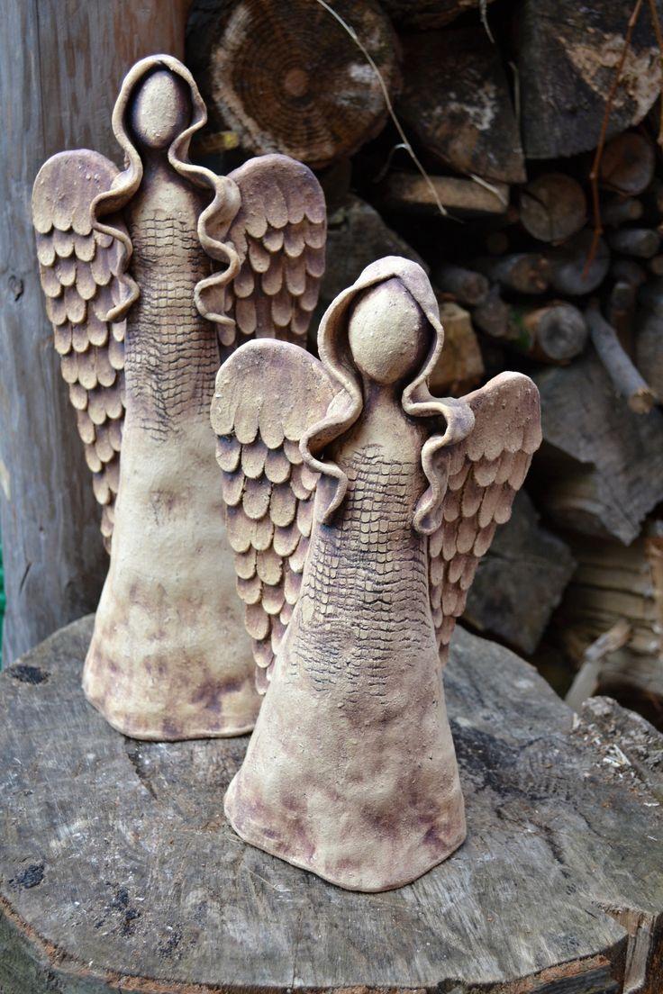 Andělinka přicházející zimy Anděl z hrubé šamotové hlíny. Pálen na vysokou teplotu. Barven oxidy. Hnědočervený odstín. Výška 32 cm.