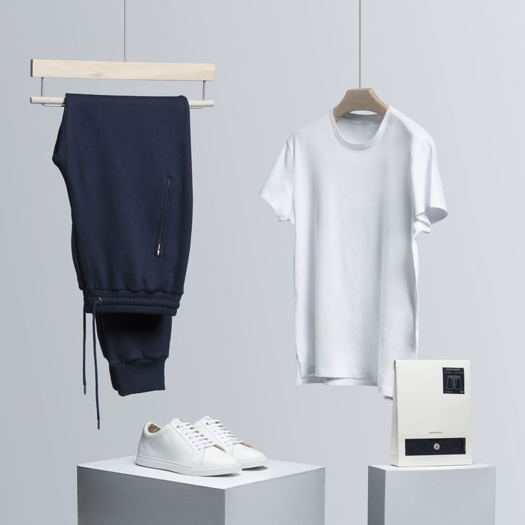 These ultra-soft navy sweatpants, together with our pure cotton white t-shirt, will guarantee an easygoing weekend style.