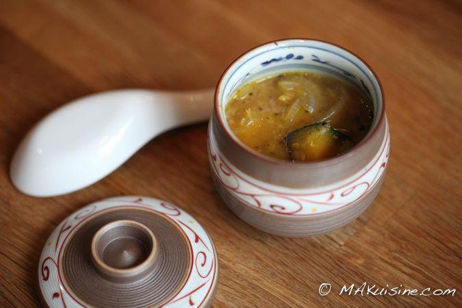 Soupe kabocha, oignon, gingembre et miso Parce-que l'hiver n'est pas fini voici une recette de soupe aux saveurs japonaises : douce et piquante à la fois...
