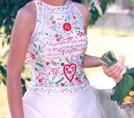"""Bordado português """"lenço dos namorados"""" em parte do vestido de noiva. Retirado de: http://artfactus.blogspot.com.br/2011/06/lencos-dos-namorados-por-aqui.html"""