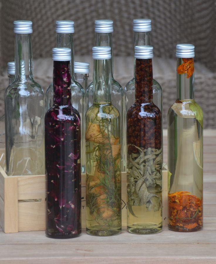 Je kunt allerlei kruiden, fruit of groenten in olie bewaren mits dat je kruiden, fruit of groenten gedroogd zijn. Ik heb vier verschillende flesjes gemaakt om cadeau te geven. De gebruikte flessen zijn onze flesjes met aluminium schroefdop van 350 ml.