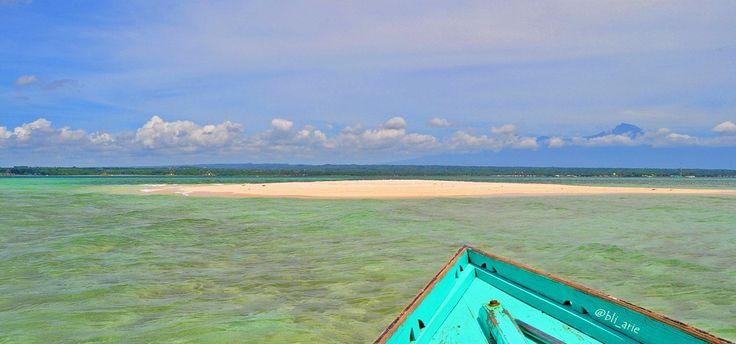 Gili Pasir - Pulau Pasir, atau Gosong Pasir, atau Gosong saja, adalah bentukan daratan yang terkurung atau menjorok pada suatu perairan, biasanya terbentuk dari pasir, geluh dan atau kerikil