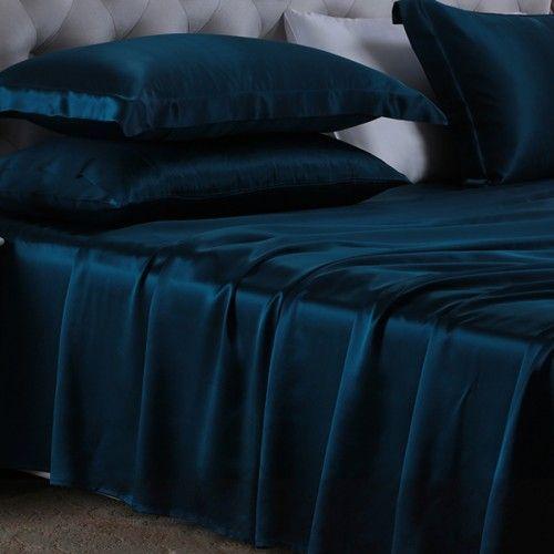 König Blau, aus bester 19mm dicker #Maulbeerseide, super weich und luxuriös, Sie passt sich auf natürliche Art und Weise ihrer Körpertemperatur an, bekämpft effektiv Staubmilben und verschafft Ihnen einen wunderbar angenehmen Schlaf. From: https://www.oosilk.com/de/silk-flat-sheets-c.html