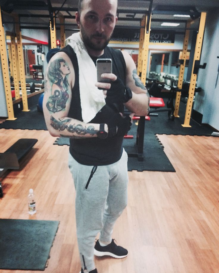 Gym men tattoo power trening