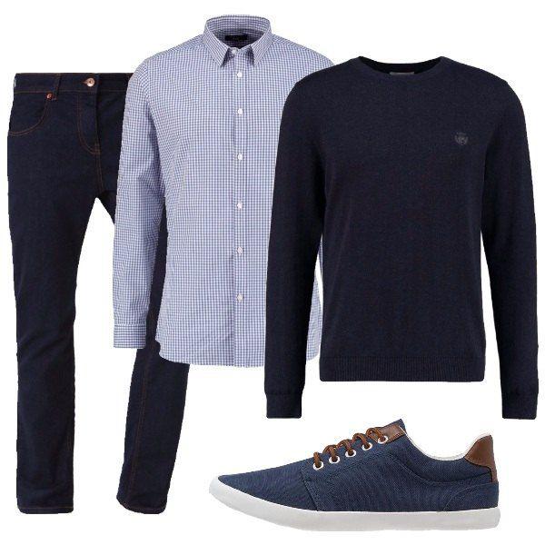 Questo outfit è l'ideale per un colloquio di lavoro in cui non è richiesta eccessiva formalità ed è composto da camicia con sfondo bianco a quadrettini blu, pullover di cotone blu, jeans blu scuro e sneakers blu con particolari in color cuoio.