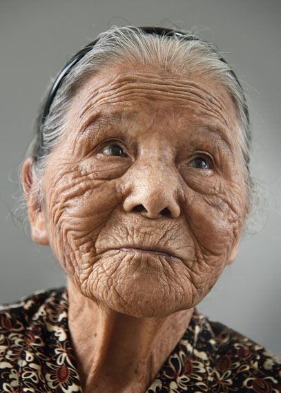 Karsten Thormaehlen: Tonaki, 101 aus dem Buch Aging Gracefully (Chronicle / Knesebeck 2017), Naha, Okinawa, Japan 2014 Inkjet auf Leinen, 75 x 105 cm © Karsten Thormaehlen