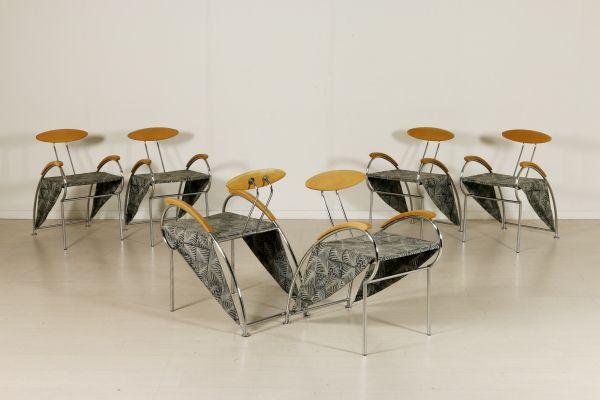 Gruppo di sei sedie; tubolare in metallo cromato, legno di faggio, imbottitura in espanso, rivestimento in tessuto. Buone condizioni, presentano piccoli segni di usura.