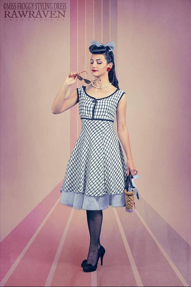 abito modello a godet quadretti bianco e nero taglio impero fifties dress
