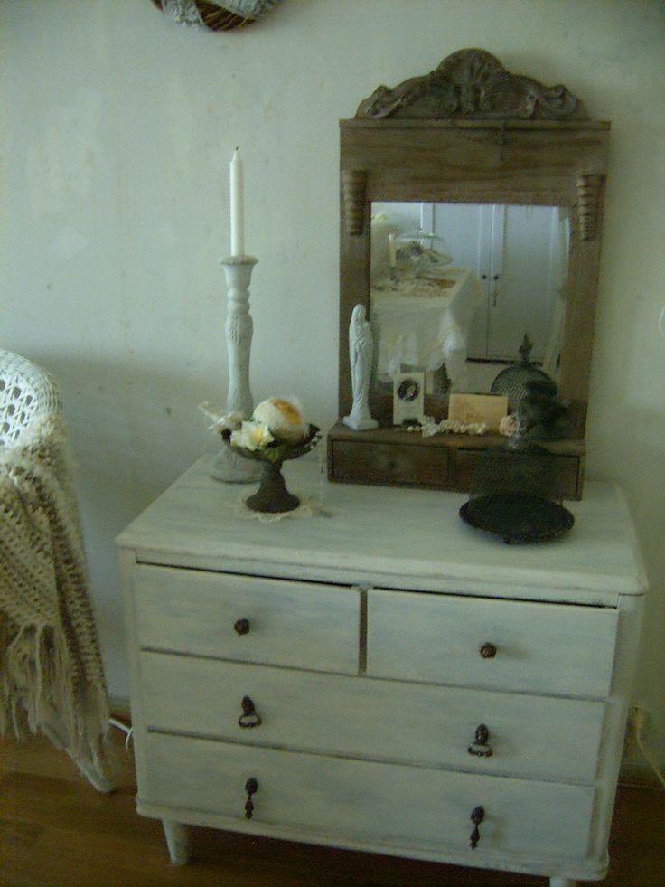 Vanha peili laatikoilla on löytö kukkakaupastani. Alla maalaamani lipasto. Taustalla paljas betoniseinä.