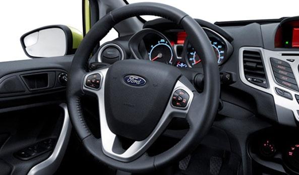 El volante se adapta a cualquier conductor con su columna de dirección abatible y telescópica, permite conducir cómodamente sin perder el contacto con el resto de los controles y alcanzar a verlo todo. #FordFiesta2013