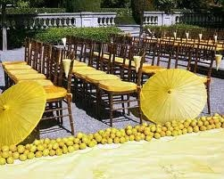 Avec nos nouveaux coussins jaune citron votre mariage d'été peut avoir l'aire de ça!