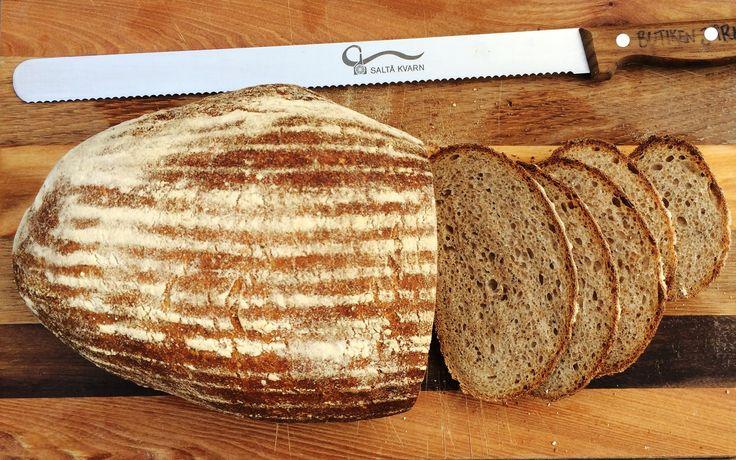 Barsjabrödet är ett friskt rågsurdegsbröd med mycket smak av kummin. Det är en klassiker i Saltå Kvarns sortiment.Barsja varen kvinna som arbetade i vårt bageri på 70- och 80-talet, som kom att betyda mycket för Saltå Kvarn. I det här receptet behöver duen surdegsstart. Recept på det finns här.