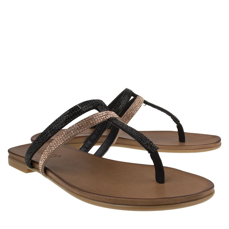 Inuovo 6397 zwart goud sandaal plat city met strass  Chique sandaaltjes van het merk Inuovo model 6397. Deze zwart gouden sandalen zijn geheel gemaakt van leer. Deze dames sandaaltjes zijn echt eyecatchers dankzij haar opvallende strassen over de bandjes heen. Het voetbed van deze trendy sandaaltjes is gemaakt van leer wat zorgt voor optimaal comfort. De dubbele bandjes over de wreef en het bandje bij de teen zorgen voor aansluitng bij de voet en de sandaal heeft een normale pasvorm. Leuk…