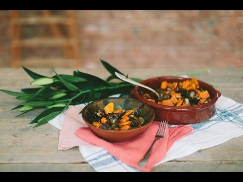 Lekker koken met spruitjes valt nog niet altijd mee. Maar met deze schotel met spruiten en zoete aardappel uit de oven zit je helemaal goed!