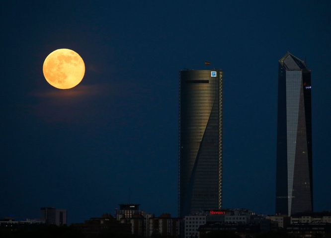 Supermoon Looms Large: The Year's Biggest Full Moon Rises   TIME.com Madrid