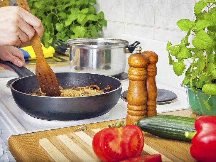 Aj vy sa snažíte nájsť rôzne vychytávky, ktoré by vám uľahčili život v domácnosti? Čo s presolenou polievkou alebo s prilepovaním trojobalu na panvici?
