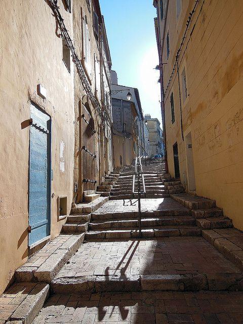 Marseille : La rue des Moulins dans le quartier historique du Panier.
