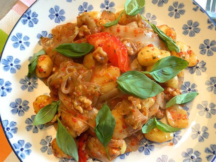 Nieuw recept: Gnocchi met witlof en walnoten:  Witlof, je houdt ervan of niet, maar vele vinden het wel lekker wanneer deze meegebakken of gekookt wordt. In dit gerecht is de witlof subtiel aanwezig, de suiker, tomaat en paprika verzachten de bittere smaak. Lekker met gnocchi en eventueel geraspte kaas. Voor dit #recept hebt je slecht zes hoofdingrediënten nodig, de rest heb je in huis.   http://wessalicious.com/gnocchi-met-witlof-en-walnoten/