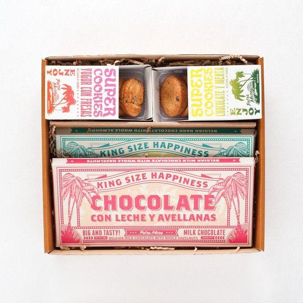 COOKIES Y CHOCOLATE El pack incluye: Cookies de chocolate y menta Cookies de yogur con fresas Tableta de chocolate negro con almendras Tableta de chocolate con leche y avellanas Caja regalo  http://www.petramora.com/dulce/Cookies-y-chocolate.html