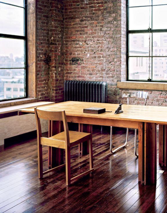 Salle à manger ou bureau, c'est au choix : ici, la liberté et l'improvisation sont de mise. Et le fait que la table soit un prototype signé Scarpa ne change rien à l'affaire.