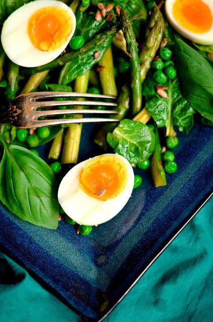 Zielona sałatka na wiosnę- ze szpinakiem, szparagami, groszkiem i jajkiem