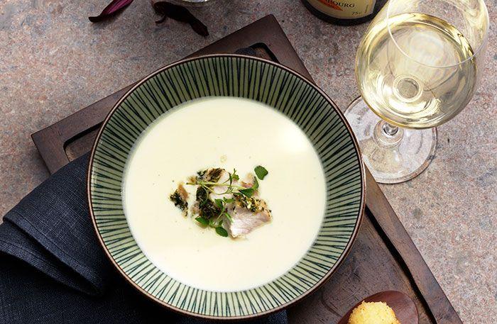 Krämig blomkålssoppa med krutongpesto