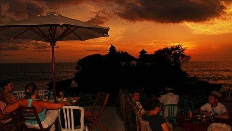 tanah lot : inilah keindahan Tanah Lot malam hari, ingin melihat suasana nya secara langsung, Come on Joint us !! klik Gambar!!