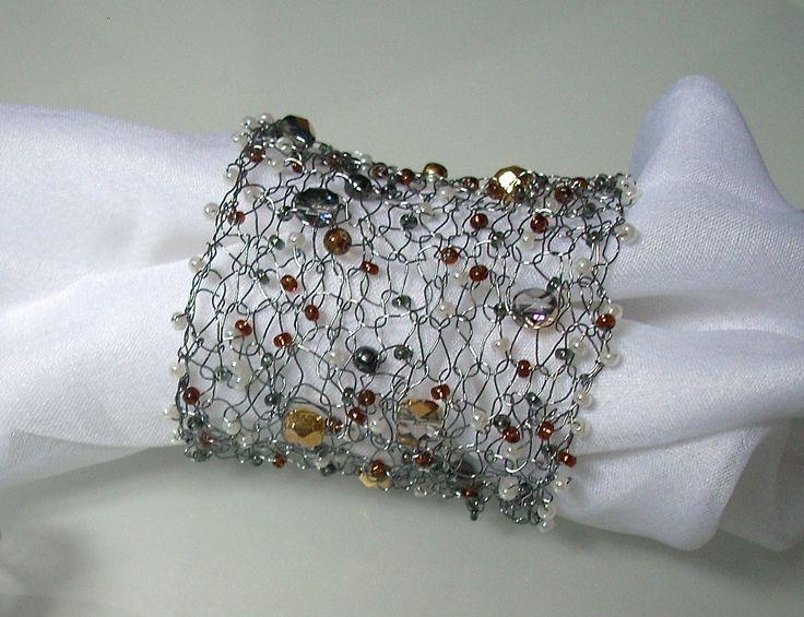 BOEMIA TOPAZ - Bracciale a fascia in filo metallico color rodiato con mezzi cristalli, tondi in vetro di Boemia color Topazio, perline di conteria. Chiusura con gancetti.