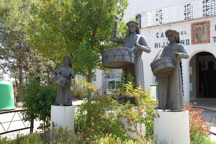 Monumento al tambor de Híjar. Imagen frontal.