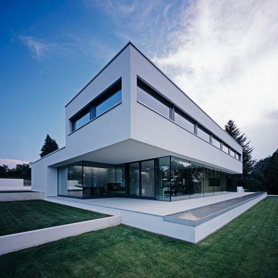 """L'agence Philipp Architekten signe ce projet de maison individuel à Waldenburg, dans l'est de l'Allemagne. Située sur une petite crête de montagne, la """"Maison P"""" est orientée vers le Nord, pour répondre à cette situation, les architectes ont choisi de baser la construction sur un cube de bois entourée d'une structure intégralement vitrée."""