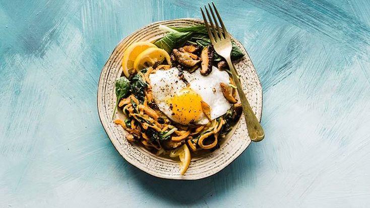 Een heerlijk Oosters gerecht, eenvoudig te maken met bami, ei, paksoi, spinazie en shiitake. Lekker snel en simpel!