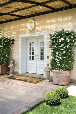 Really want to do these potted plants, but just with jasmine on the porch. Great for smelling during entertaining