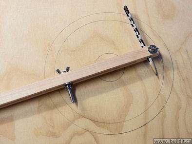John nos ensina como fazer um compasso em madeira ajustável passo a passo e video no link:      http://www.ibuildit.ca/Workshop%20Projects/c...