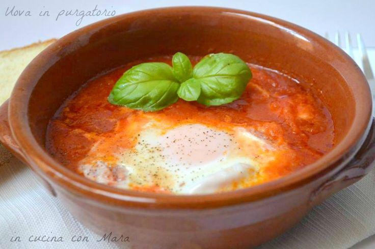 Le uova in purgatorio sono un piatto semplice, genuino e nutriente che si prepara in poco tempo: la tipica ricetta salva-cena