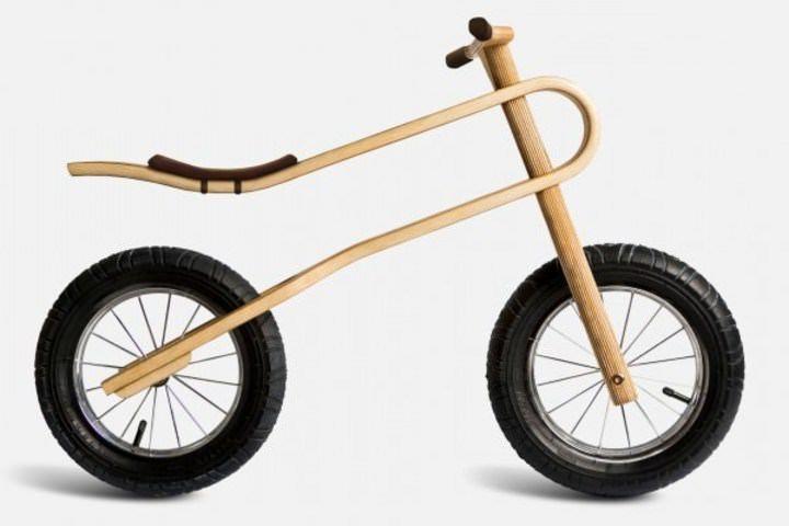 木製のバランスバイクはすでに販売されており、目新しいものではない。だが、「ZumZum」は、樺の木の合板をフレームに使用し、フレーム自体がサスペンションとして機能するようデザインされている点が新しい。