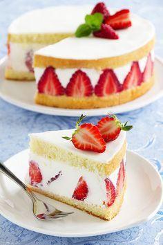 Sponge cake with strawberries and vanilla cream.