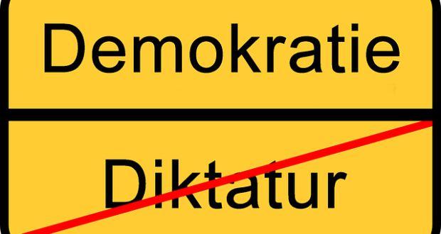 """Die Türkei geht schon lange einen Weg in den AKP-Einheitsstaat und auch in Russland geht man nicht zimperlich mit der Opposition um. Doch die """"Demokratien"""" der Europäischen Union oder der USA sind auch nur eine Farce. An die Wahlurne zu gehen und seine Stimme für Parteien abzugeben, die am Ende alle derselben Machtelite hörig sind, ist im Grunde auch nicht besser und so bastelt sich jeder seine eigene Version der """"Macht des Volkes""""… Zeit für das Volk etwas Neues zu probieren."""