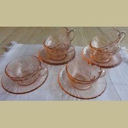 Franse roze glazen thee kop en schotels, Arcoroc     Gemerkt: Arcoroc France. In een goede staat. Prijs is per stuk.